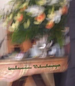 Abbildung: Zerrbild von Blumen auf einem Tisch