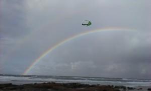 Foto von einem Strand mit Regenbogen